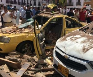 Carros que quedaron debajo de los escombros.