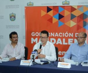 El gobernador del Magdalena, Carlos Caicedo, en rueda de prensa.