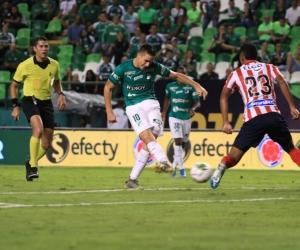Agustín Palavecino remata al arco 'tiburón' ante la marca de Jeison Angulo.