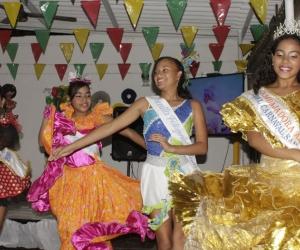 La 'Embajadora Ambiental' en compañìa de las reinas infantiles del Carnaval de Pescaíto.