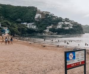 En las playas de Santa Marta hay señalizaciones con los protocolos de bioseguridad, además de controles para el acceso.