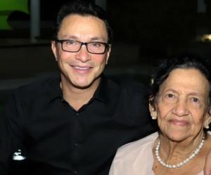 El gobernador Caicedo y su madre Dora Omar.