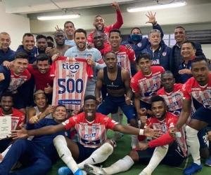 Celebración 'tiburona' de la clasificación y del partido 500 del capitán Sebastián Viera.