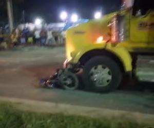 La tractomula arrastró la moto por varios metros.