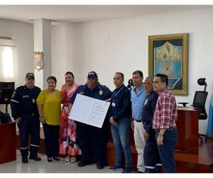 Entregan nota de estilo a miembros del Cuerpo de Bomberos Voluntarios de Santa Marta.