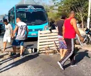 Habitantes del 11 de Noviembre bloquearon la vía porque el Essmar no se ha aparecido.