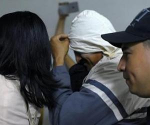 El exjugador permaneció con su cabeza cubierta para no ser registrado ante las cámaras.