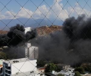 Imágenes densa columna negra generada por el incendio.