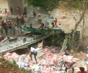 La comunidad cargó con el arroz que transportaba el vehículo.