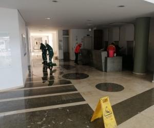 Proceso de limpieza de la edificación de Saludcoop.