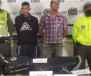 Los capturados junto a la motocicleta inmovilizada y los elementos incautados fueron puestos a disposición de la Fiscalía Seccional de El Banco.