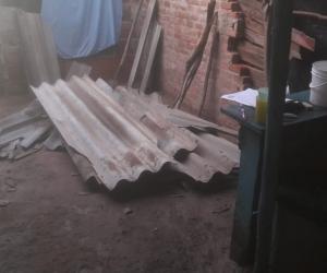 Las fuertes brisas arrancaron los techos de las viviendas.