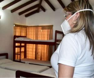 Virna haciendo un recorrido por las instalaciones del nuevo albergue.
