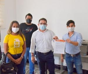 Rafael Martínez, secretario de Infraestructura, fue acompañado por un grupo de estudiantes durante la radicación de los proyectos de ordenanza.
