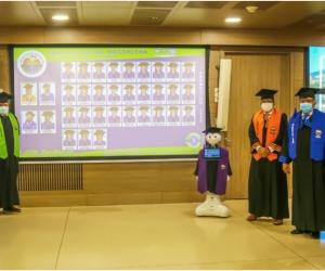Los nuevos graduados se conectaron a través de la plataforma virtual Zoom.