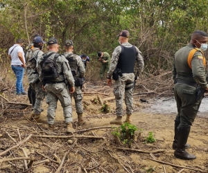 Unidades de la Armada Nacional inspeccionando el lugar.