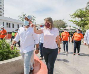 Virna Johnson haciendo visita de las obras que supervisa Dagoberto Ospina.