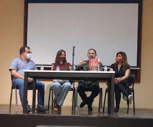 Fausto Pérez en compañía de secretario de Cultura de Soledad y las representes de Santa Bárbara Editores