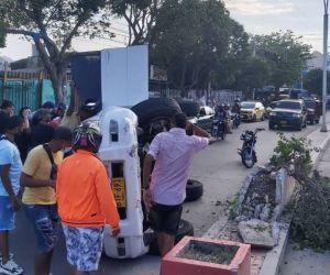 Vehículo accidentado en la Avenida del Río.