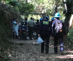 Autoridades en Minca en labores de rescate del cuerpo.