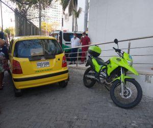 Este fue el taxi baleado en medio del atraco, este lunes, en Santa Marta.
