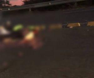 Los cuerpos de las víctimas quedaron tendidos sobre la vía.
