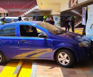 El vehículo involucrado en el accidente chocó contra la fachada del banco.