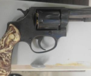 Arma incautada a uno de los involucrados.