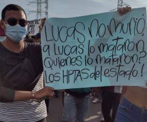Manifestantes de este martes con pancartas.