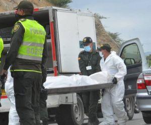 Momento en que el cuerpo era trasladado por personal de criminalística.