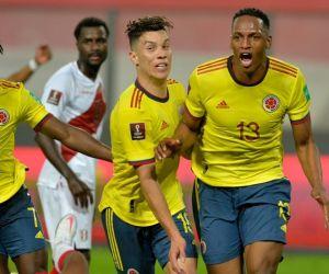 Yerri Mina celebrando el gol en el estadio Nacional de Lima.