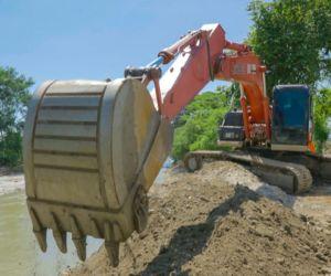 En el sector de San José está trabajando con una retroexcavadora en uno de los puntos críticos del río Sevilla.