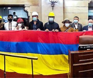 Oposición con la bandera de Colombia al revés
