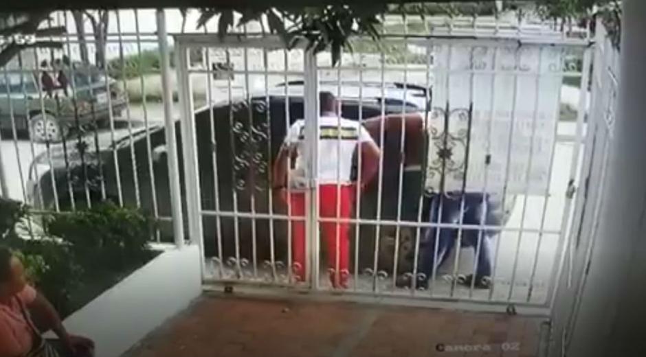 Momentos en el que el ladrón le arrebataba las pertenencias a la victima.