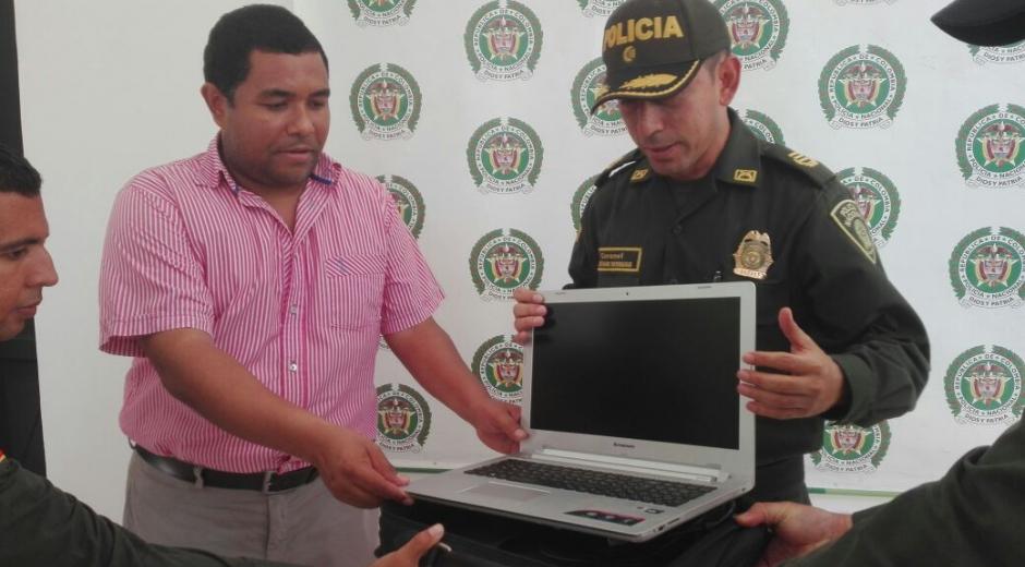 El contralor Edilson Palacio recibió de regreso el computador de manos del comandante de la Policía.