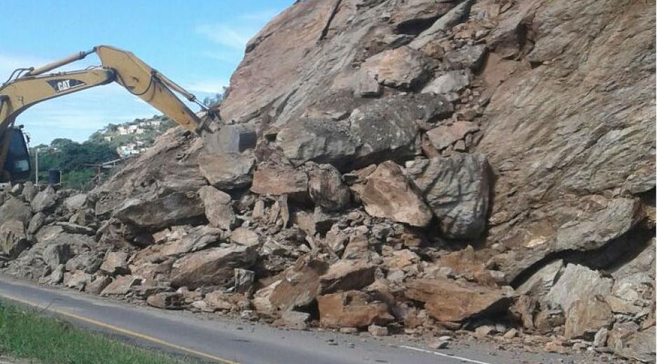 Con retroexcavadora remueven las rocas.