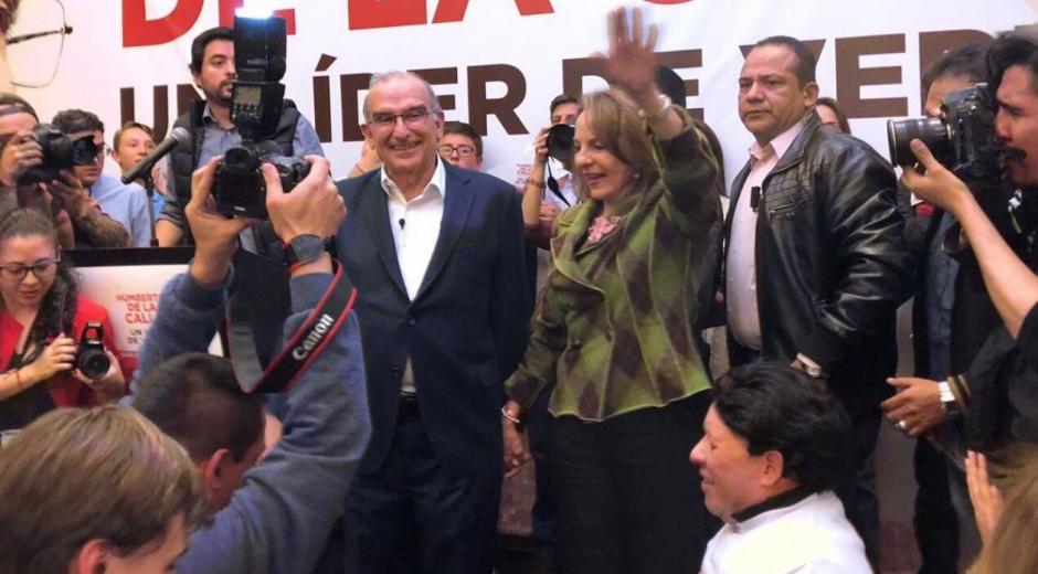 Humberto De la Calle saluda a sus copartidarios tras conocer los resultados.