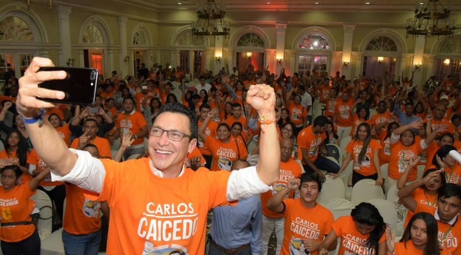 Selfie del aspirante Carlos Caicedo con los asistentes al evento del jueves.