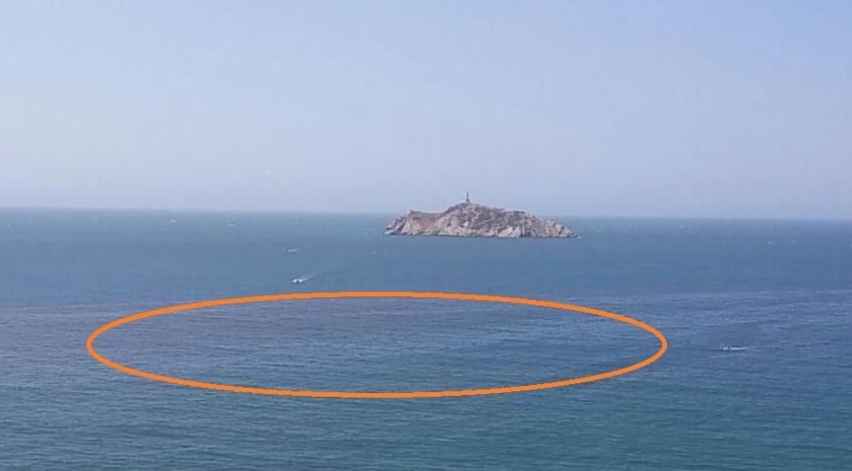 La mancha roja ocacionada por el fenómeno se logra apreciar en la Bahía de Santa Marta.