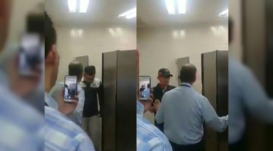 Las imágenes demuestran que dentro del cubículo se encontraba un hombre de avanzada edad acompañado con uno mucho más joven.