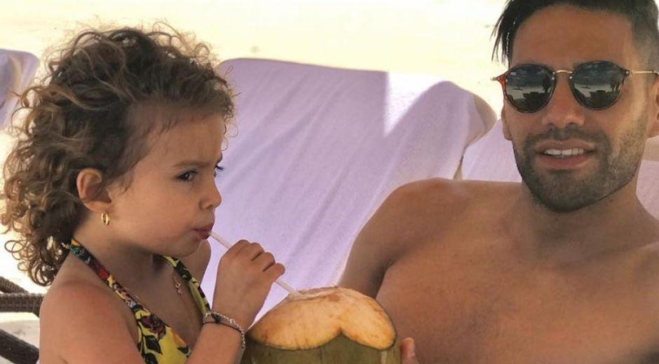 El futbolista Falcao García junto a su hija mayor, Dominique.