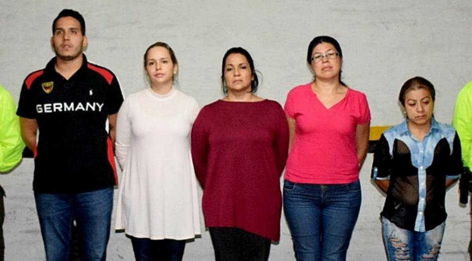 La Fiscalía y la Policía de Colombia informaron hoy de la captura de cinco presuntos integrantes de una banda acusada de haber traficado en los últimos dos años tres toneladas de oro, que era enviado a fundidoras en la ciudad de Cali (suroeste) y de Miami, en Estados Unidos.