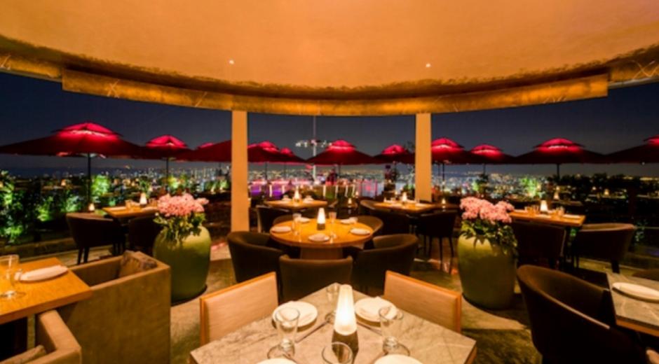 e' La Vi, restaurante situado en la azotea del exclusivo hotel Marina Bay Sands, en Indonesia.