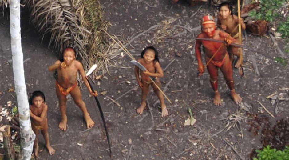 Imagen aérea obtenida en 2010 de indígenas aislados en la Amazonia brasileña.