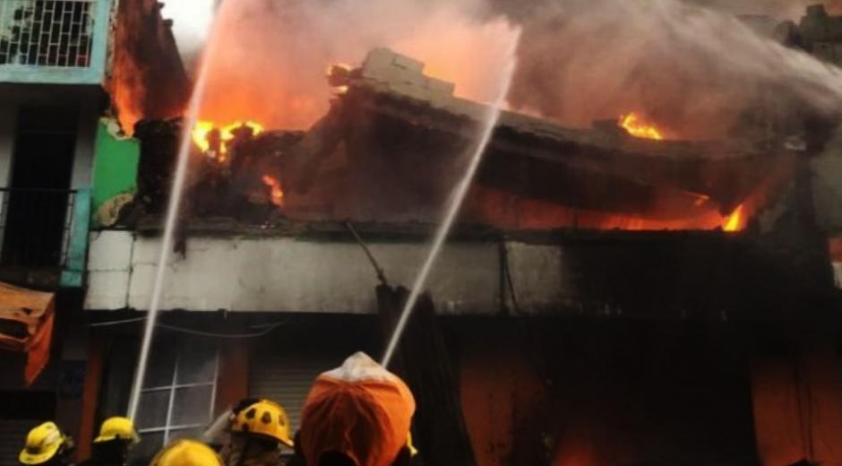 Todas las unidades de bomberos de Santa Marta y de municipios cercanos trabajaron hasta apagar las llamas.