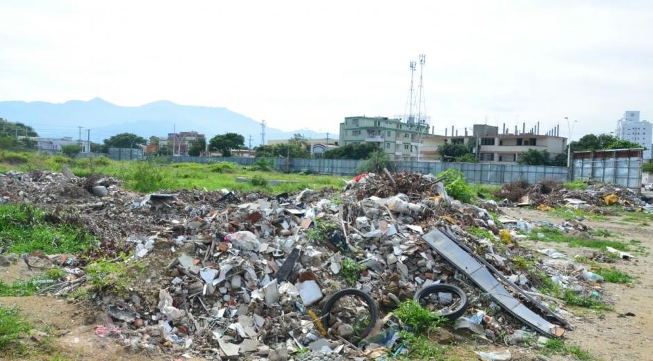 El lote del Parque Taykú está lleno de escombros y basuras.