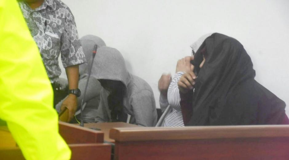 Los cinco indiciados de delitos electorales en la sala de audiencias.