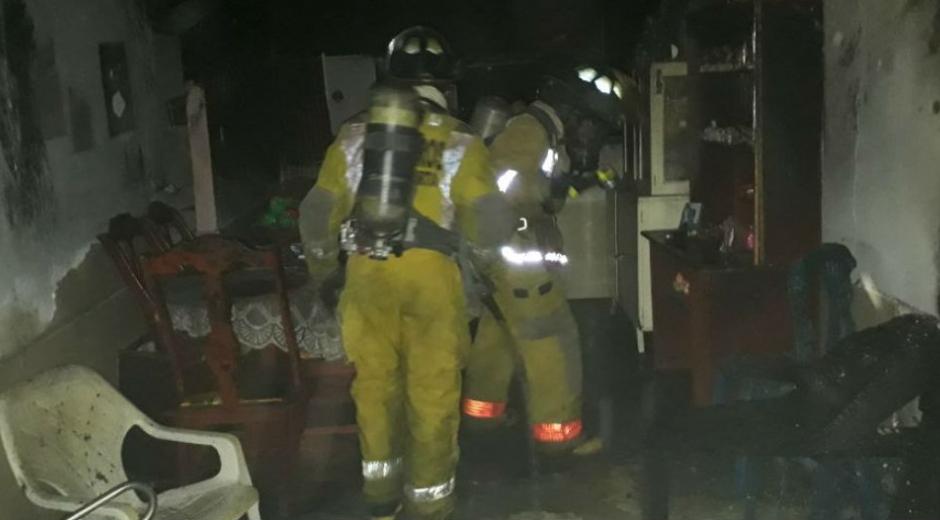 . Al parecer el fuego se produjo por una vela que encendieron ante la falta de luz.