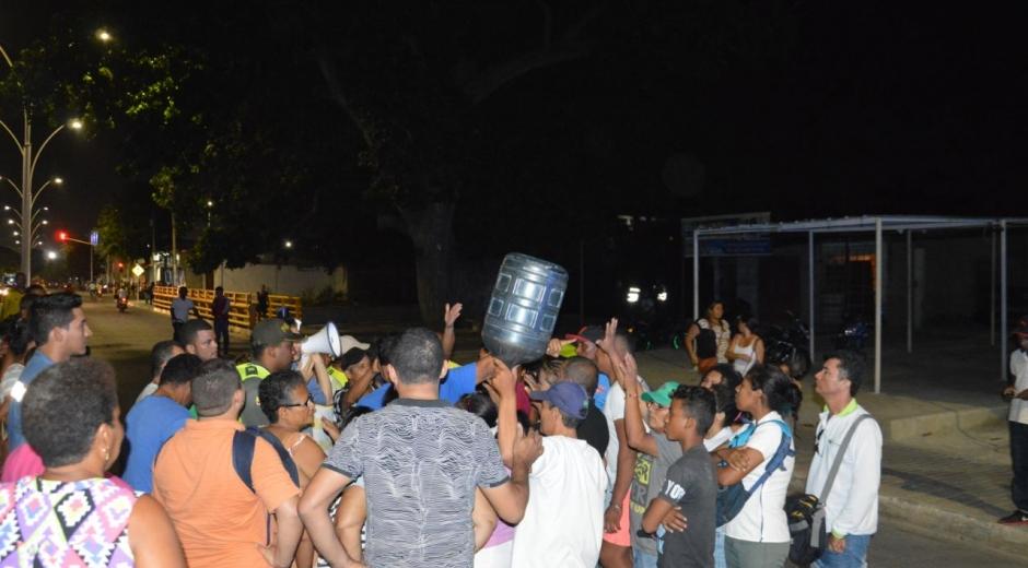 Comunidad bloqueó la carrera 19 con Avenida del Ferrocarril por falta de agua.