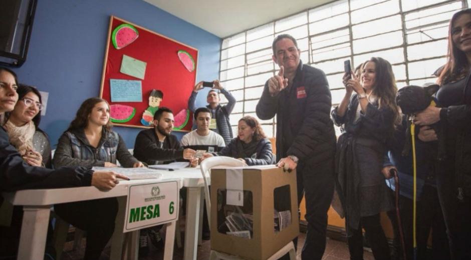 Acompañado de su esposa e hija, el candidato Germán Vargas Lleras depositó su voto.